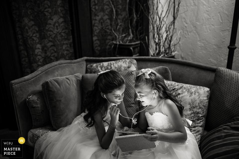 The Villa Parker, Parker, Colorado trouwlocatie foto's | Bloemenmeisjes vóór de bruiloft.