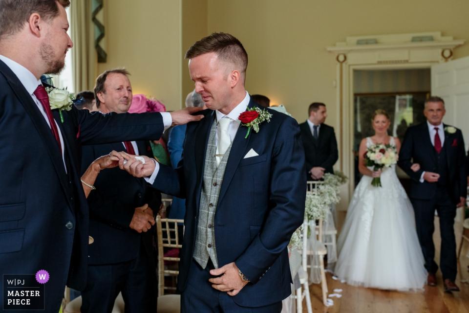 Charlton Park, Bishopsbourne, Kent, UK Hochzeitsort Fotos   Der Bräutigam ist von Emotionen überwältigt, als seine Braut mit ihrem Vater ankommt