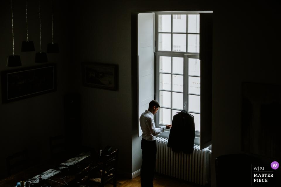 Hochzeitsfotograf fotografiert den Bräutigam in Castel Jalesnes