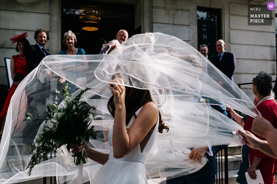 England Town Hall Hotel Hochzeitsfotos - Schleier im vollen Flug