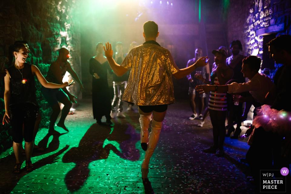 Castello di Rosciano, Umbria, Italia Ospiti di nozze che ballano sotto luci colorate