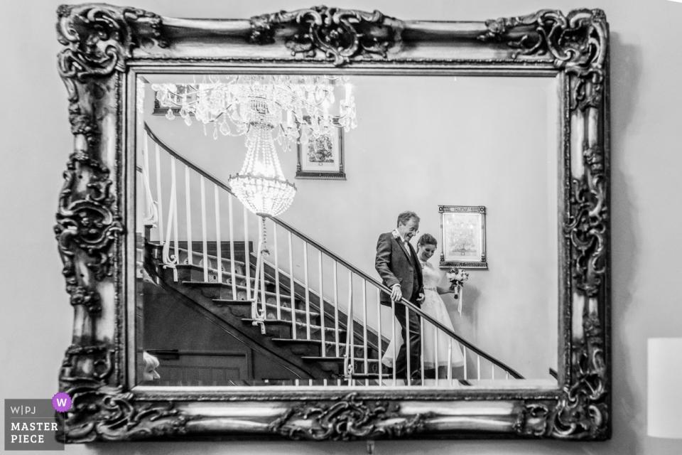 Offley Place, Hertfordshire Hochzeitsfotografie am Veranstaltungsort   Ein Spiegelbild einer Braut und ihres Vaters vor dem Gottesdienst