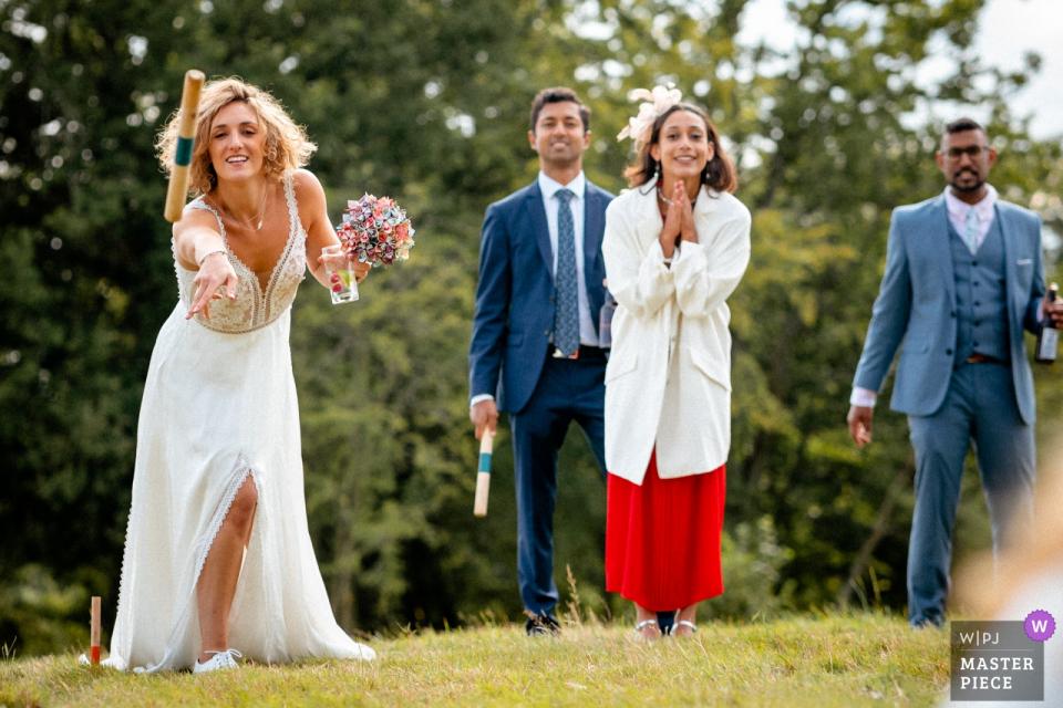Swallows Oast, Hochzeitsort in Großbritannien - Bilder der Braut beim Spielen von Gartenspielen