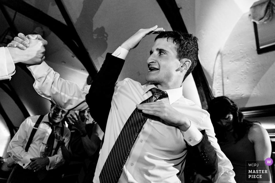 Photographie de lieu de mariage du Bar Harbor Club en noir et blanc - Un palefrenier danse sur la piste de danse