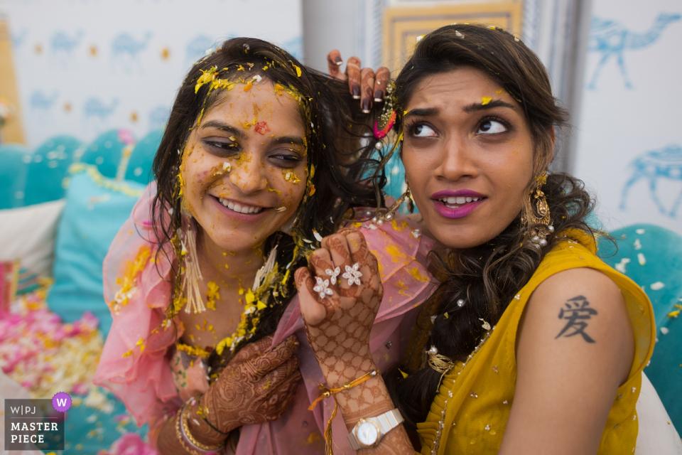 Haldi-Zeremonie am Hochzeitstag im JW Marriott Hotel, Jaipur | Braut und Schwägerin verstricken sich und beweisen ihre Freundschaft!