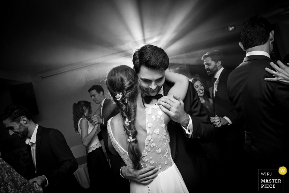 CHATEAU DE VAIR, NEAR ANCENIS, LOIRE VALLEY - WEDDING PHOTO OF THE FINAL EMBRACE OF FIRST DANCE