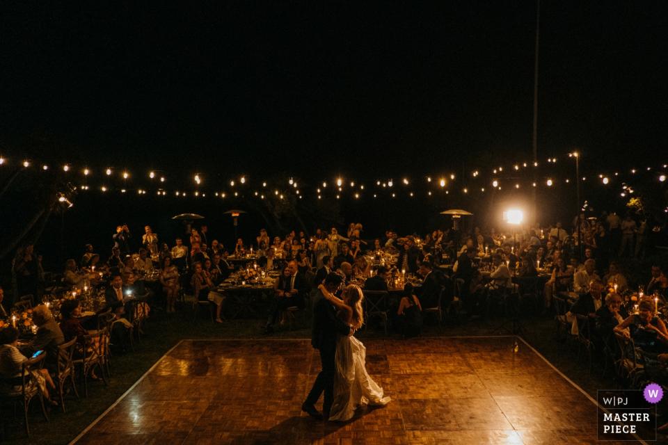 加利福尼亚马里布亚当森之家的婚礼场地摄影-新娘和新郎作为一对已婚夫妇首次在客人面前跳舞。