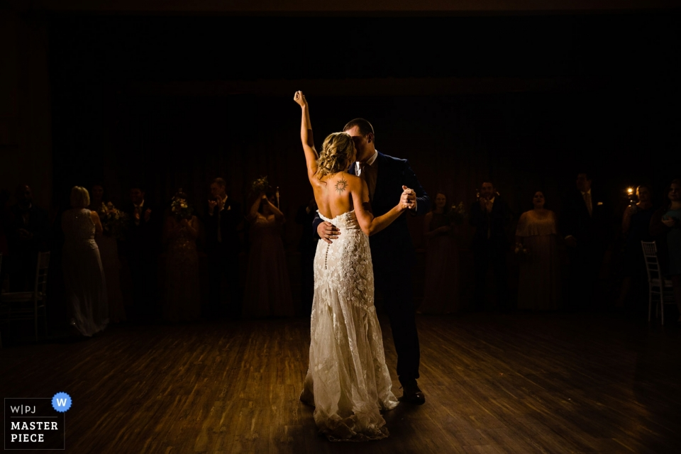 Photos de réception de lieu de mariage de The Old Mill à Rose Valley, PA | La mariée a levé sa main dans la victoire lors de la première danse.