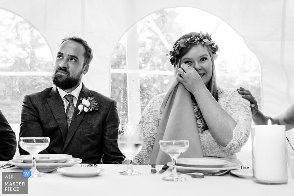 Photos de mariage de Sugarloaf Mountain, Maine   Une mariée pleure pendant les toasts