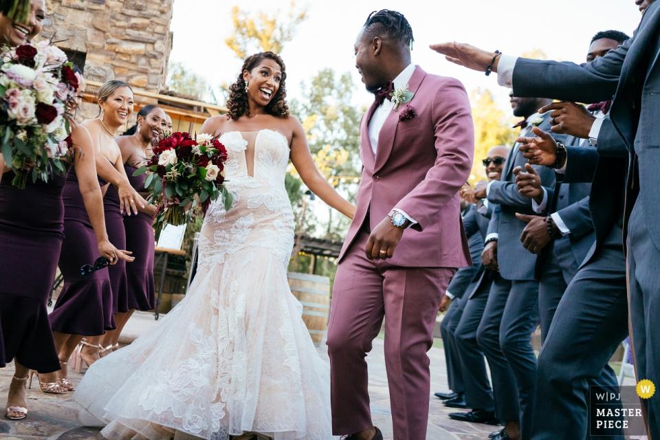 这对夫妇进入酒会的加利福尼亚州特曼库拉橡树湖草地婚礼场地照片