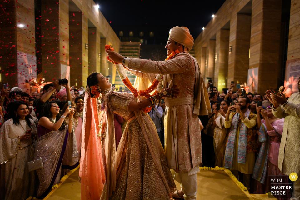 """Hochzeitsfotograf aus Mumbai: """"Die Girlandenaustauschzeremonie zeigt wirklich die Persönlichkeit eines Paares und als Fotograf liebe ich es, diese Momente zwischen den Momenten festzuhalten!"""""""