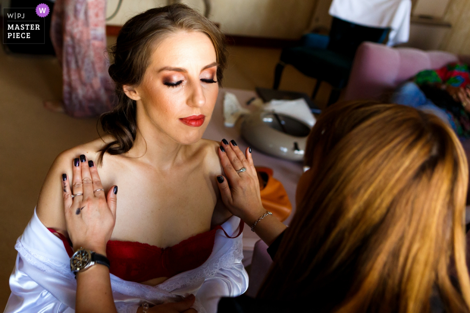Suter Palace Bucharest bride getting ready with the make-up artist.