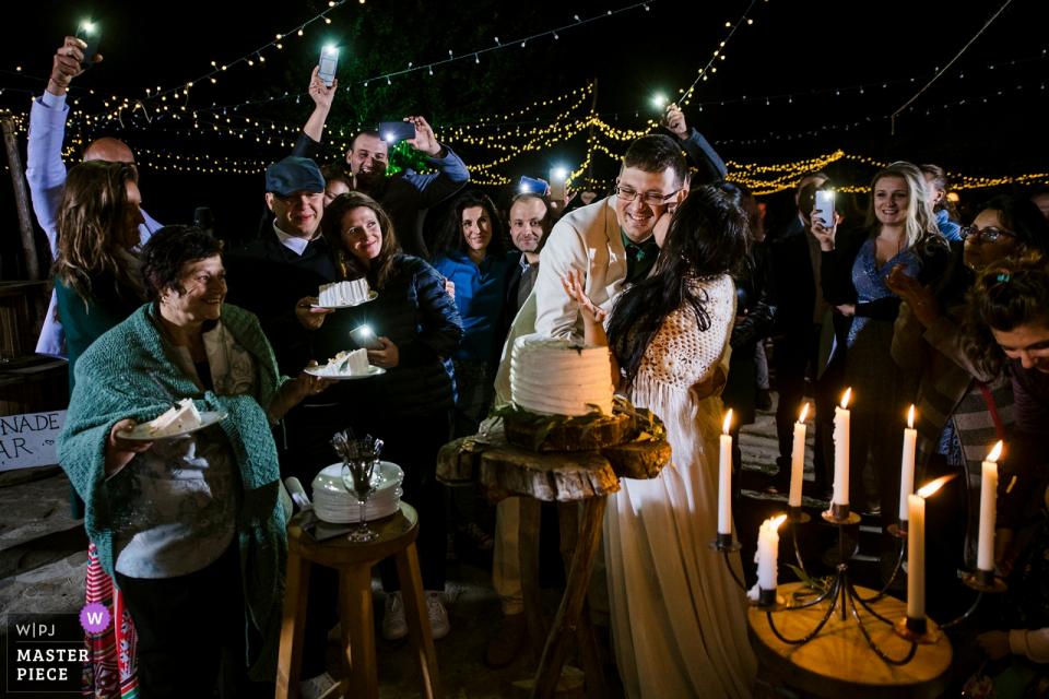 Barre bédouine, image de mariage en Bulgarie contient: coupe de gâteau, baiser, câlin, mariée, marié, bougies