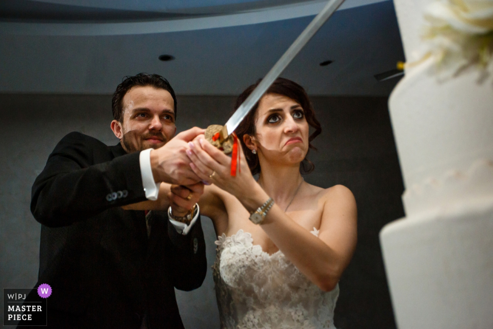 Antalya, Türkei, Akra Barut Hotel Hochzeit Bild enthält: Der Kuchen mit einem riesigen Schwert schneiden