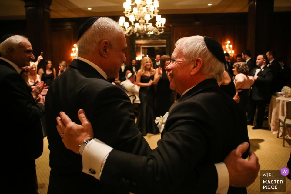 Standard Club, Chicago, IL photos du lieu de mariage | Les pères des mariés partagent un moment lors de la signature de la ketubah.