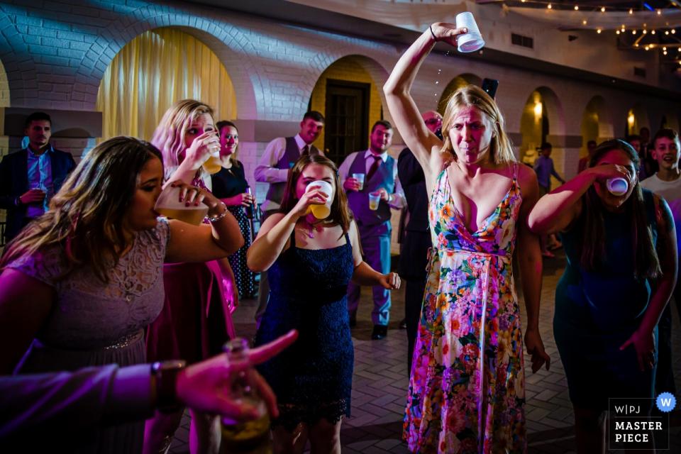 印第安纳波利斯马罗特的吹笛者在婚礼现场拍摄的啤酒突击大赛