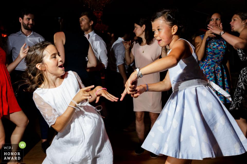 Château du domaine de la Châsse wedding venue photo | Girls are dancing during the party