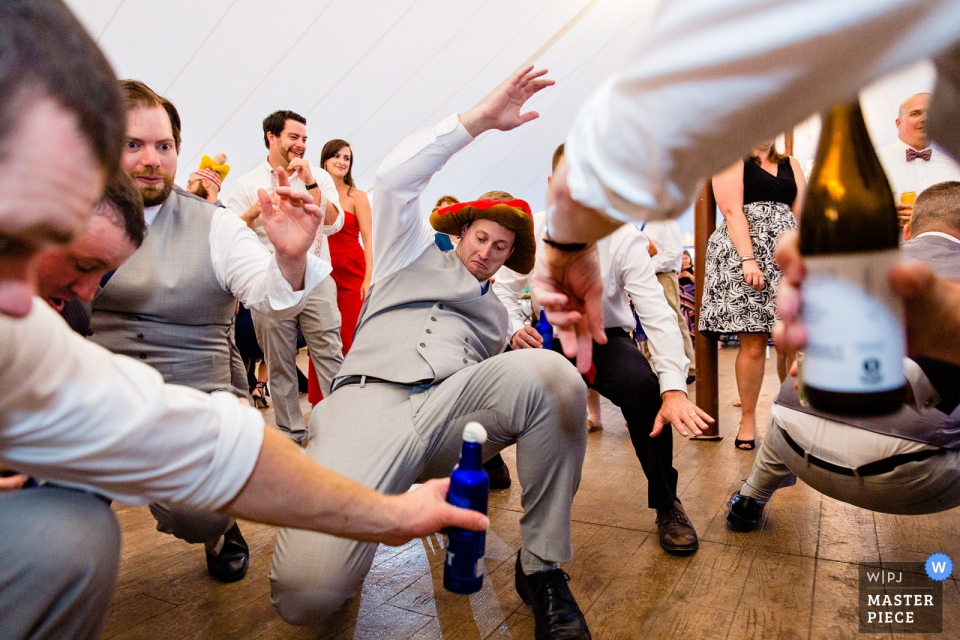 缅因州斯托克顿斯普林斯French Point,婚礼场地的照片| 一名伴郎在缅因州的婚礼上跳舞。
