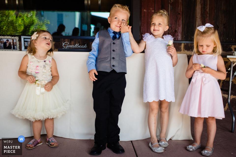 弗吉尼亚州Bull Run的酒庄婚礼现场摄影作品,展示有趣的孩子们