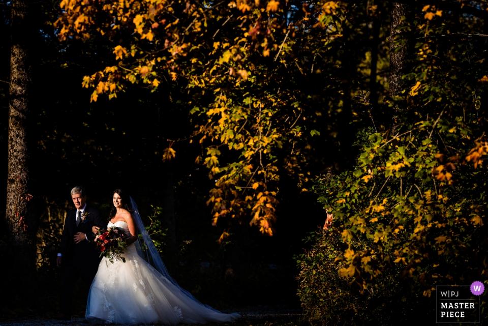 来自Equinox Resort-佛蒙特州曼彻斯特的婚礼照片-婚礼地点| 新娘准备和她父亲一起走下通道。