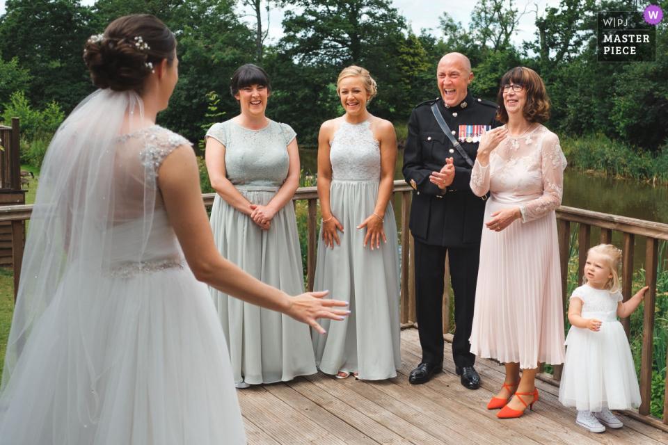 Image de mariage Upton Barn | Père de la mariée réagissant en voyant sa fille dans sa robe