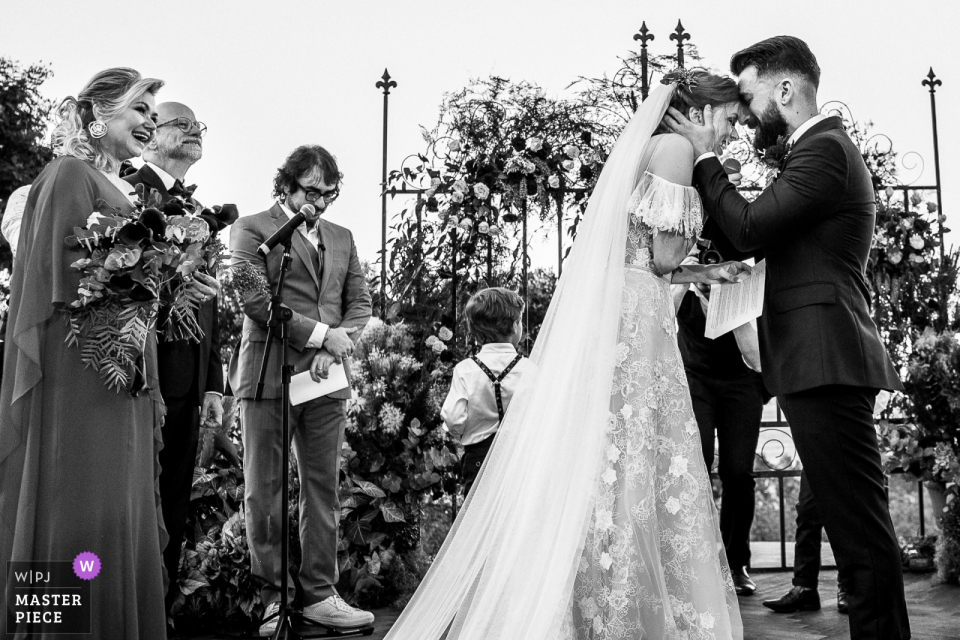 Rio Grande do Sul wedding photographer - Laurentia Winery image of the Thrilled couple with parents by their side
