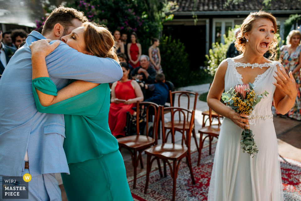 Wedding photography at Alto da Capela - Porto Alegre - Brazil showing the Bride thrilled to arrive at the altar