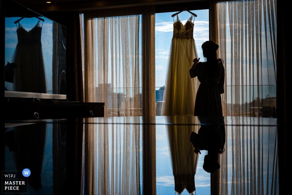 Istanbul Hochzeitsfotografie vom Mersin Divan Hotel, Türkei, die Braut, Braut und das Spiegelbild auf dem Tisch zeigend