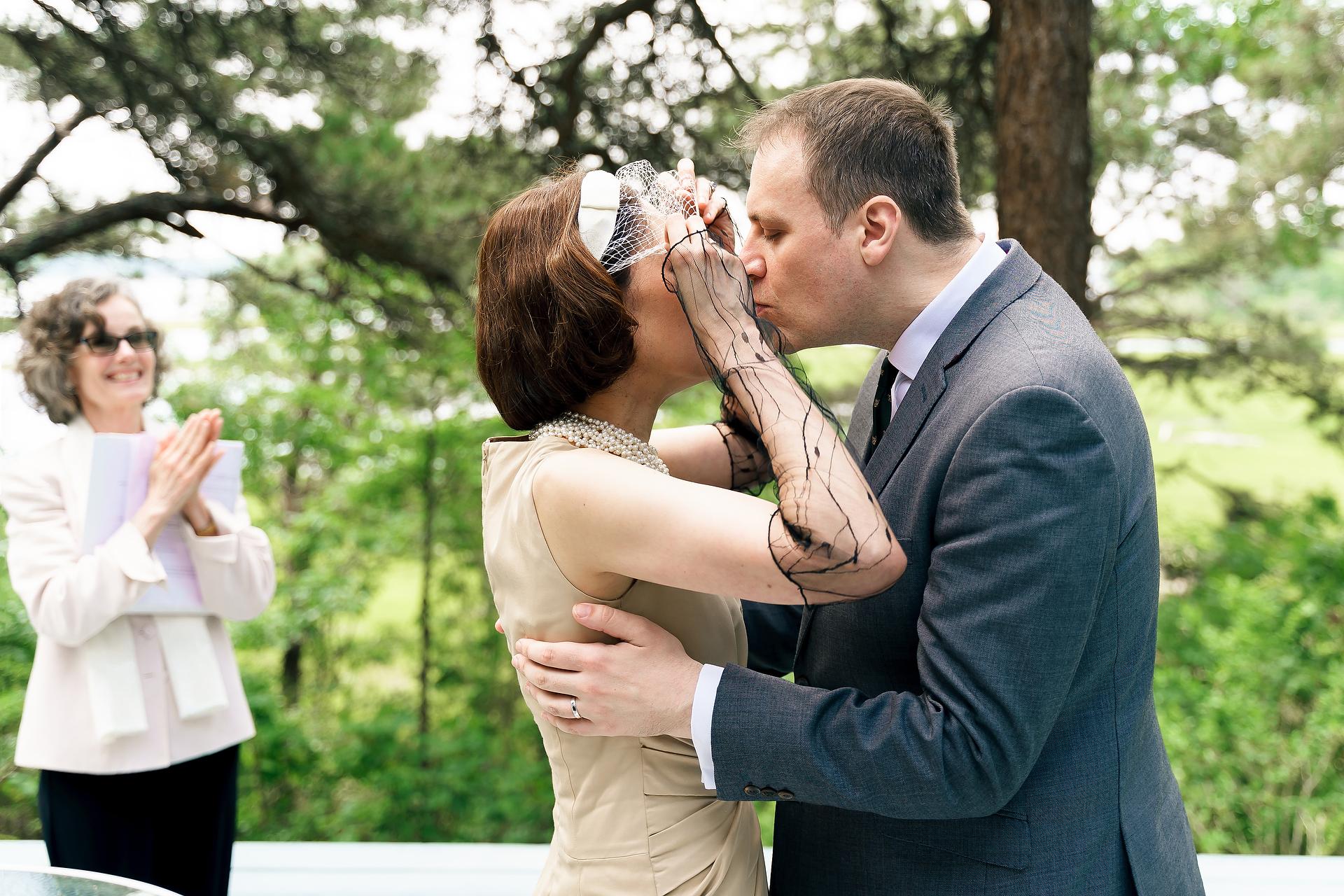 Mashpee, Massachusetts sposa e lo sposo baci durante la cerimonia