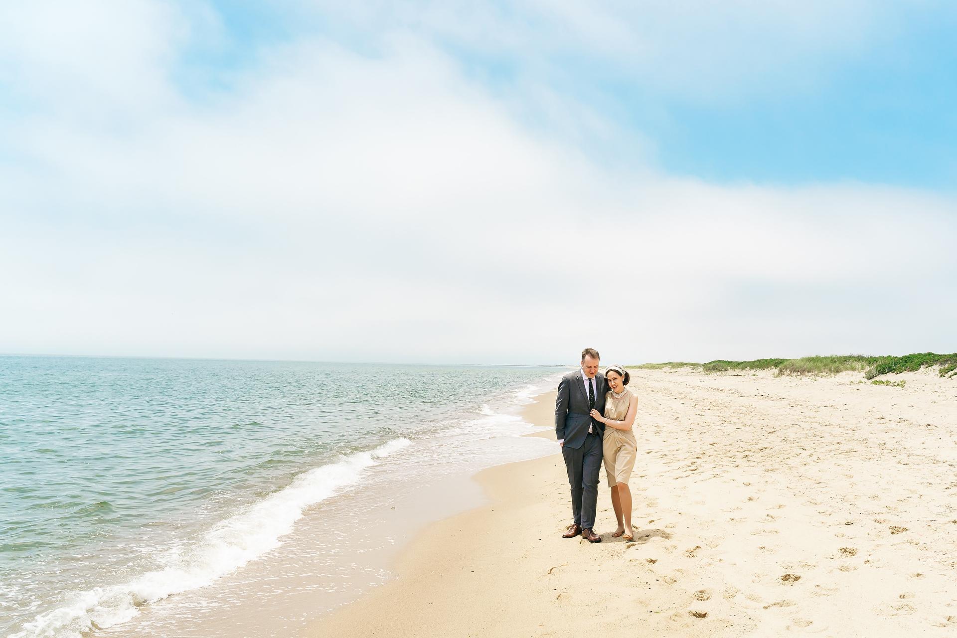 Mashpee, Massachusetts sposa e sposo che camminano sulla spiaggia