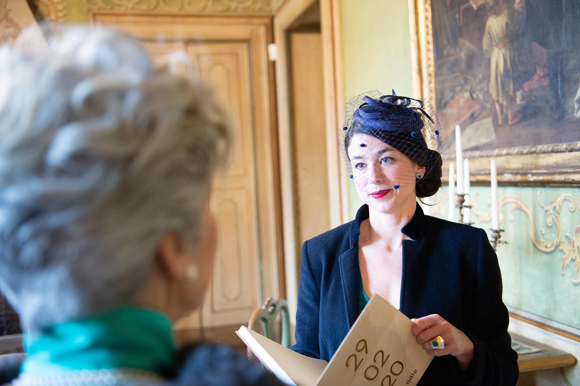 La soeur du marié parle avec sa mère de la situation de Covid 19 en Italie, Lombardie, Pavie, Torre d Isola, Villa Botta Adorno