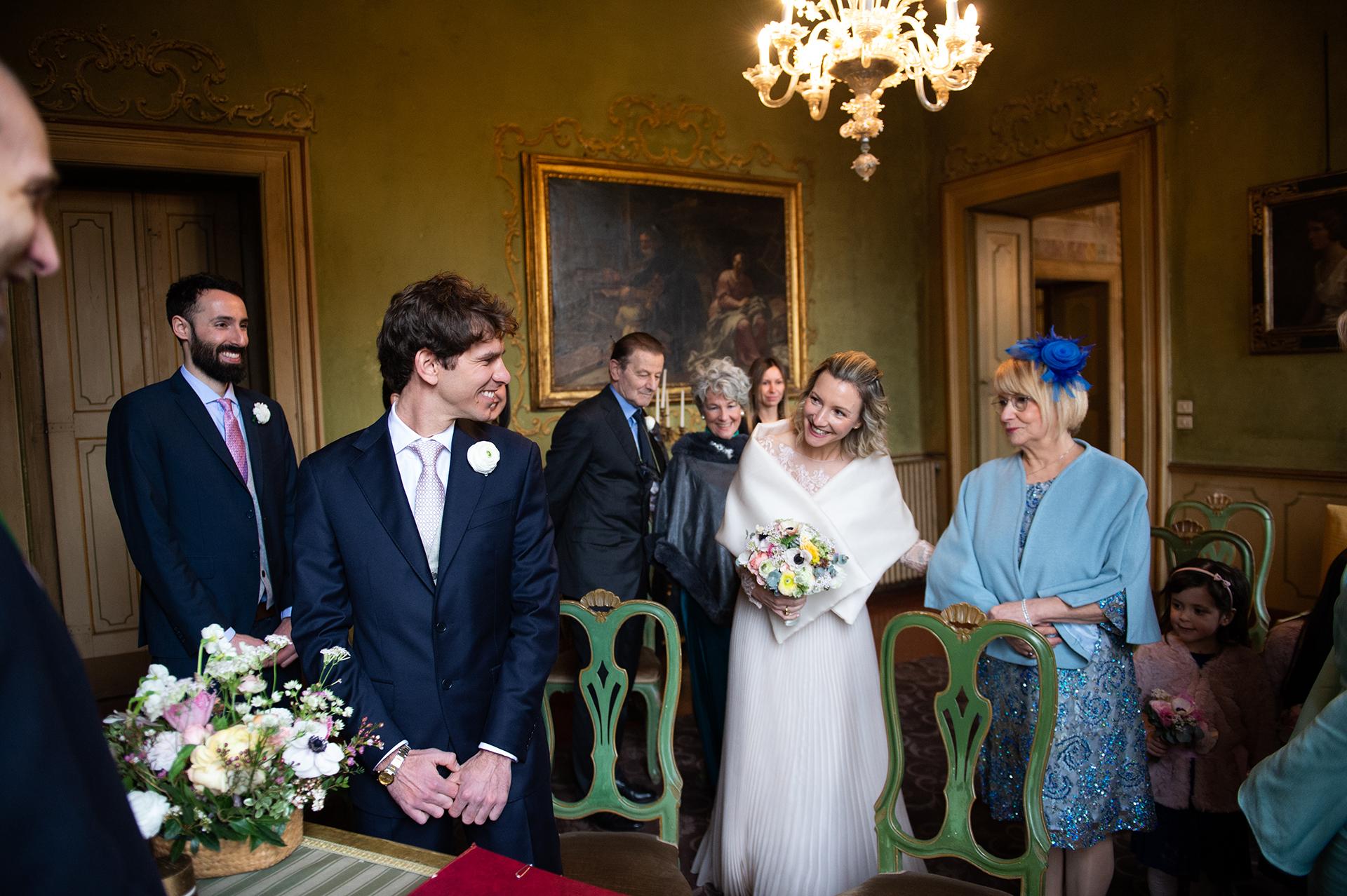 la mariée entrant dans la villa en Italie, Lombardie