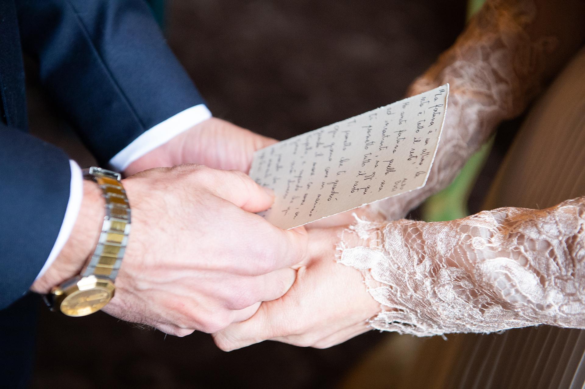 Elopement Image détaillée des mains pendant le discours de cérémonie - Italie, Lombardie, Pavie