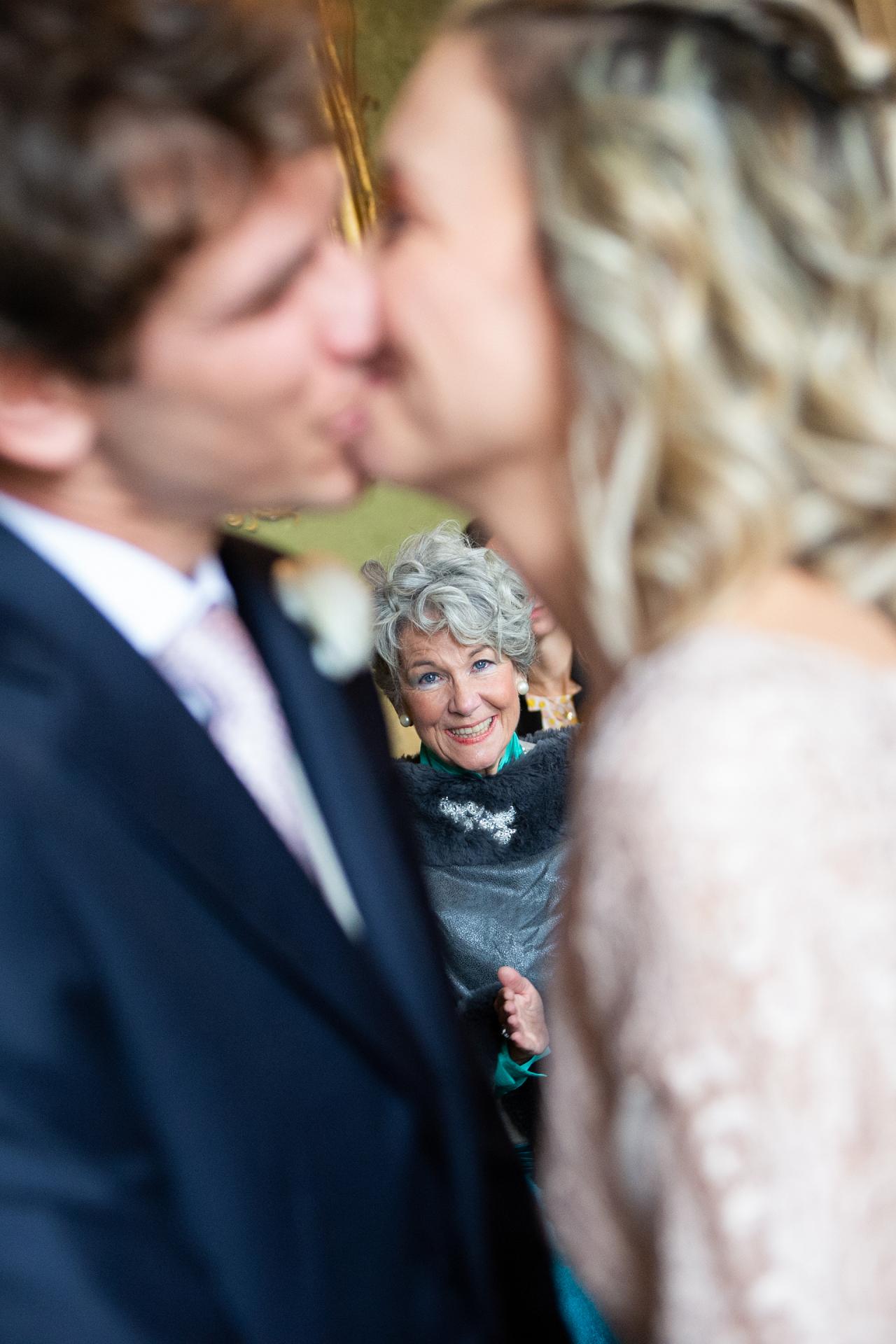 Belle-mère voyant le premier baiser entre la mariée et le marié à l'intérieur d'un cœur hypothétique dans une Italie, Lombardie, Pavie elopement