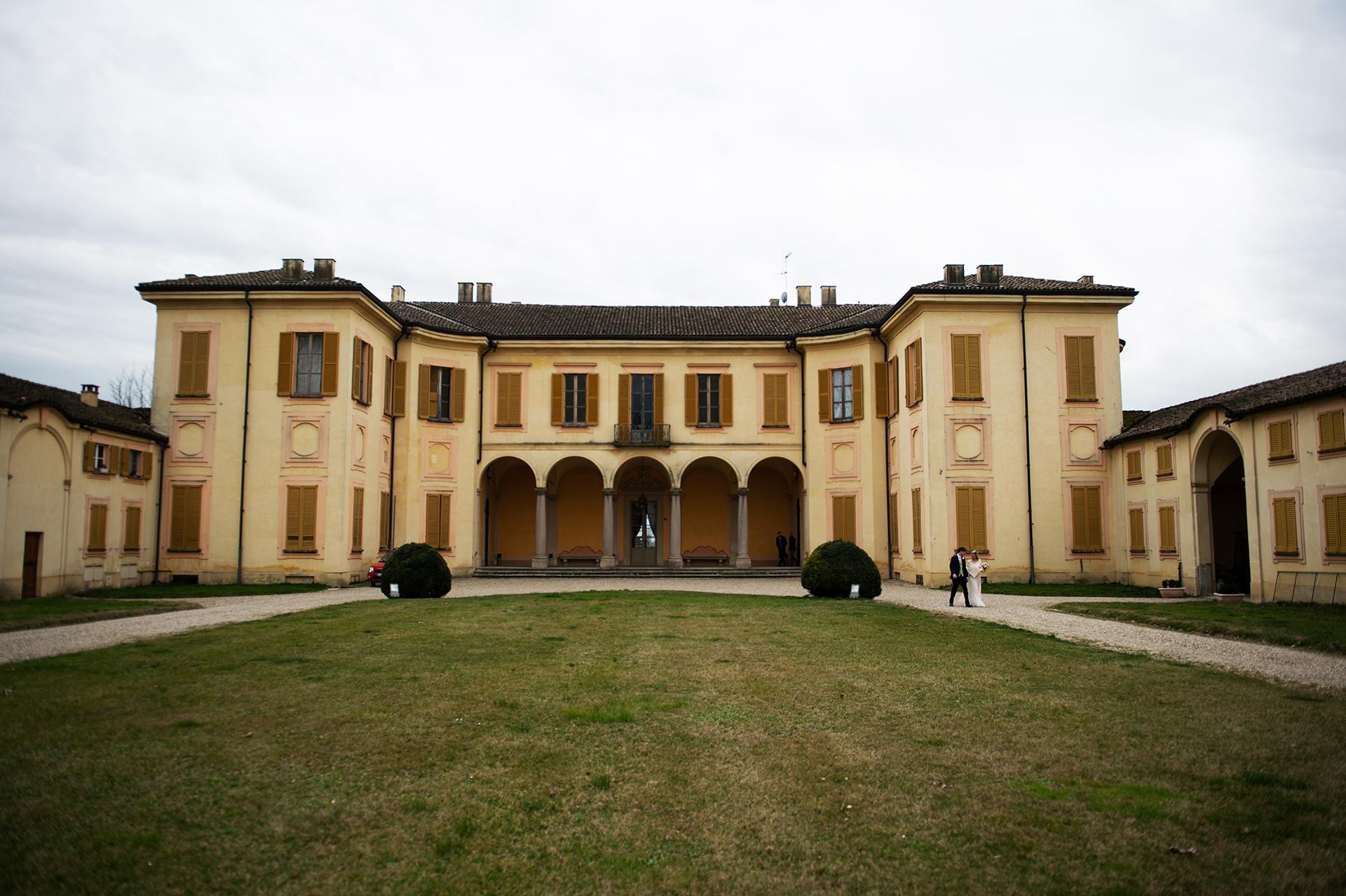 Elopement Photography - La vieille villa de Torre d Isola est complètement vide.