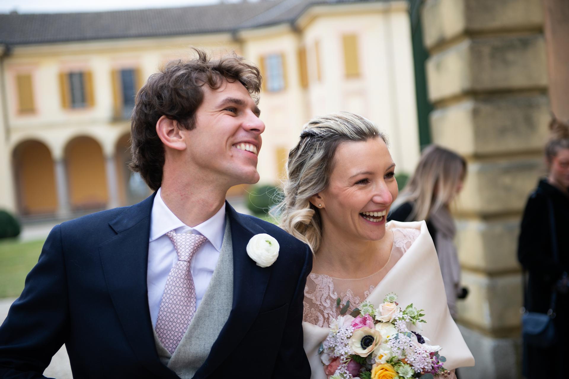 Italie, Lombardie, Pavie, Torre d Isola, mariage en elopement Villa Botta Adorno - Un sourire avant un apéritif rapide .. la réception de mariage est interdite.