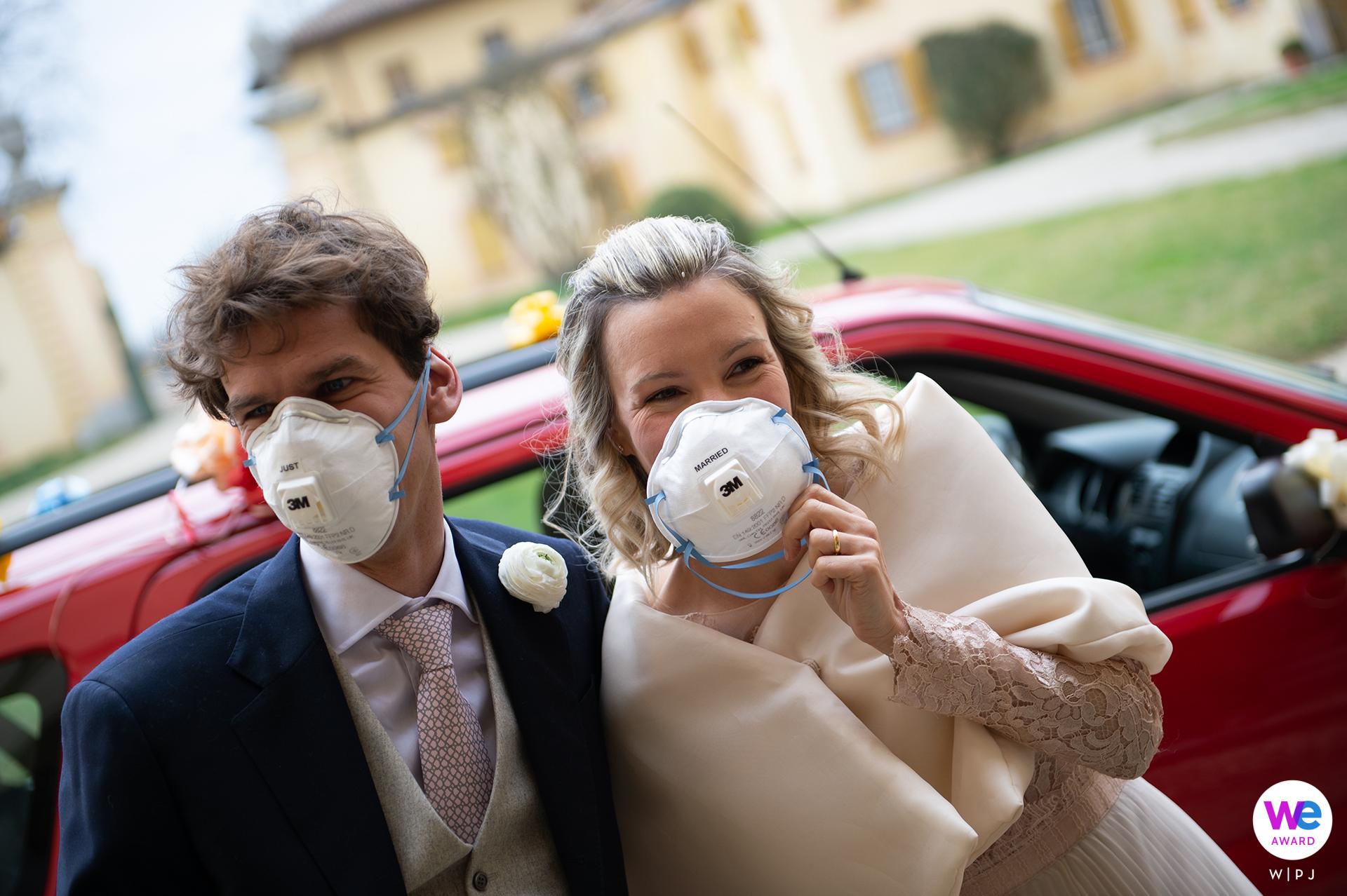 Villa Botta Adorno, Torre d Isola, Italie Elopement Photo des jeunes mariés portant des masques - Covid-19