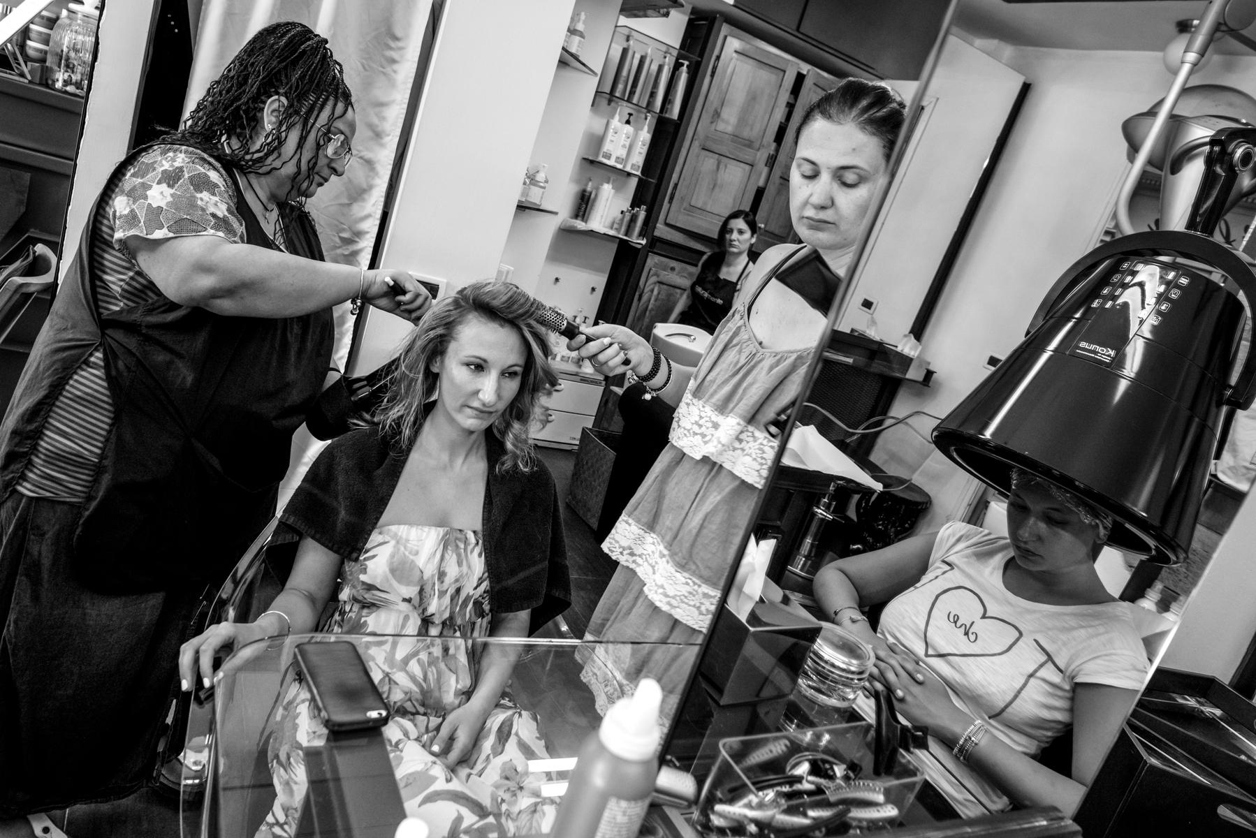 Schönheitssalon L'Autografo - Parma - Italien - Vorbereitung der Braut in einem sehr kleinen Schönheitssalon, in dem die Räume aufgrund der großen Präsenz von Spiegeln groß sind. Die Braut hat auch einen Raum zum Umziehen.
