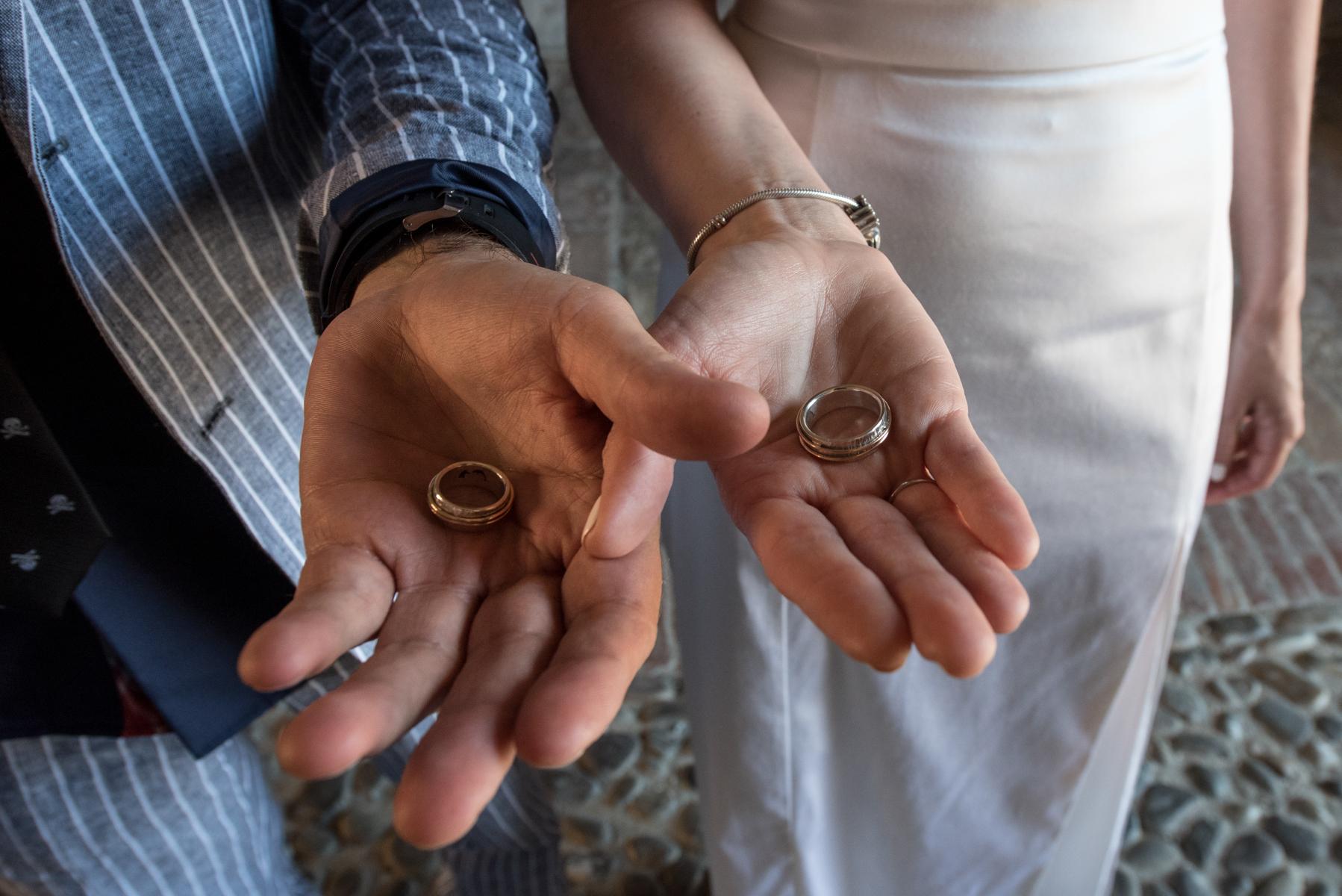 Rocca San Vitale - Fontanellato - Parma - Italien - Die Braut und der Bräutigam, die auf den Beginn der Zeremonie warten, lassen mich die Besonderheit ihres Glaubens beobachten.