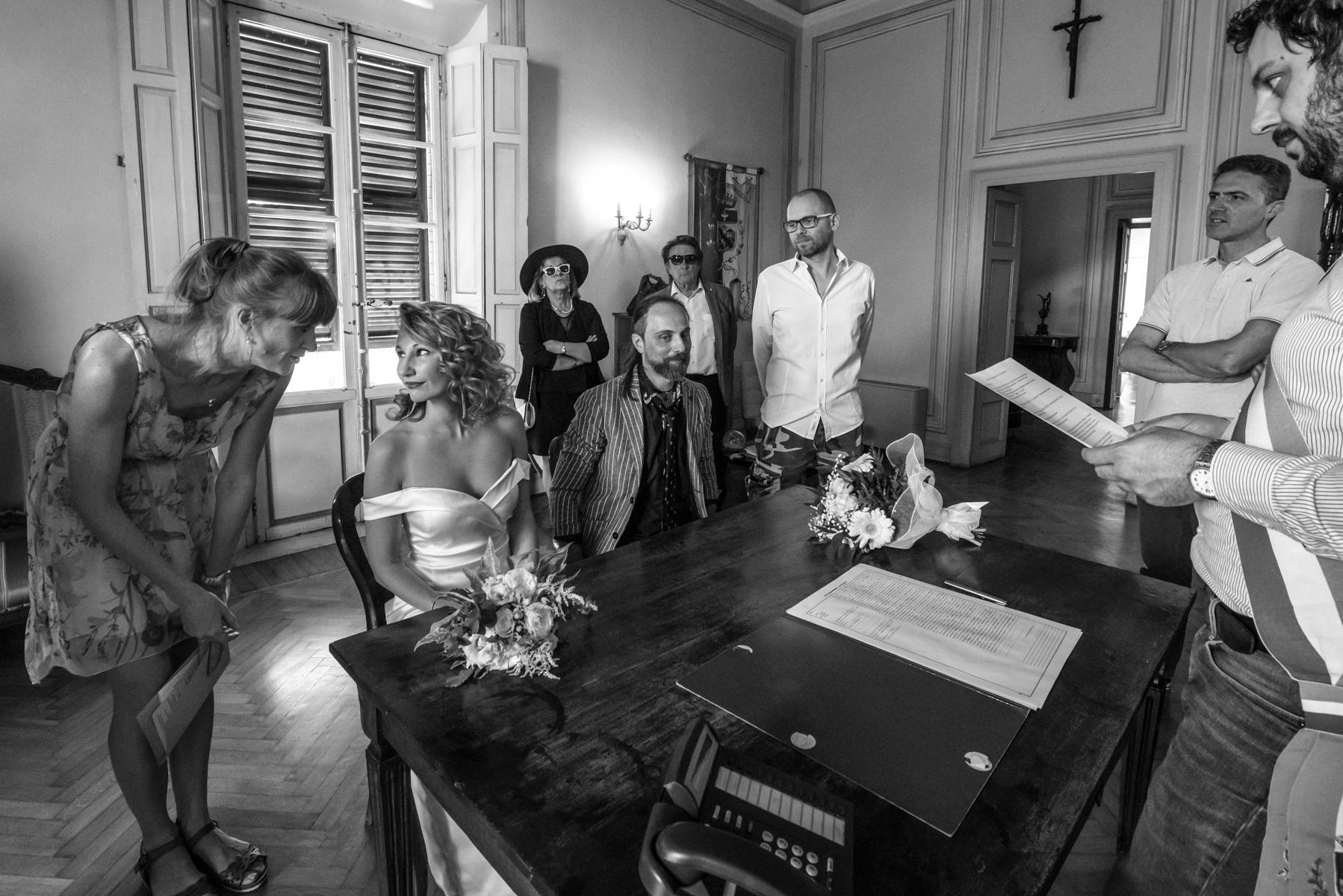 Rocca San Vitale - Fontanellato - Parma - Italien. Die Braut wendet sich an den Übersetzer und hört mit aller Aufmerksamkeit der Übersetzung des Ritus vom Italienischen ins Russische zu.