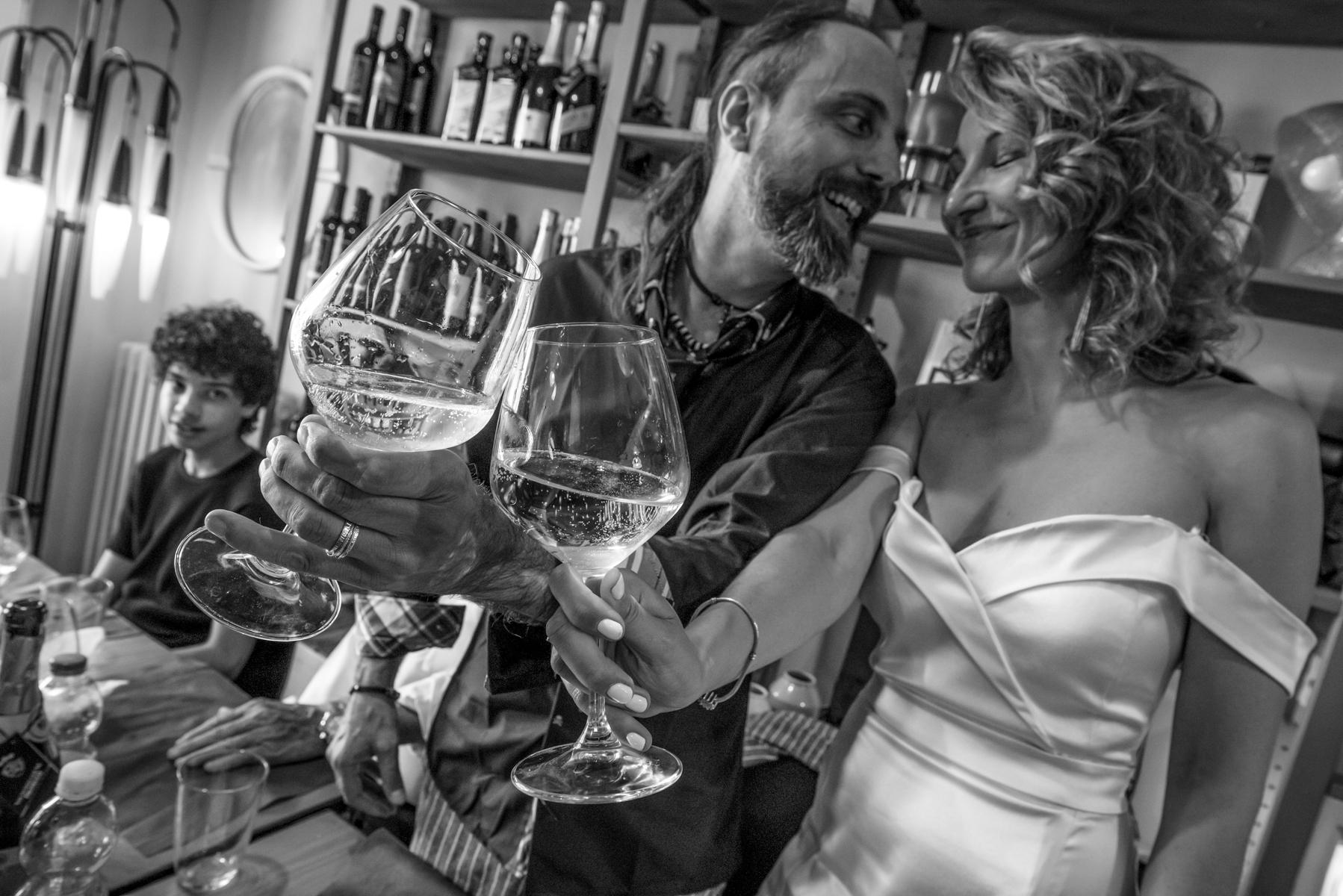 Pizzeria Càrme - Fontanellato - Parma - Italien. Nachdem ich mit den anderen zehn Gästen geröstet habe, wendet sich das Paar an mich und widmet mir einen persönlichen Toast.