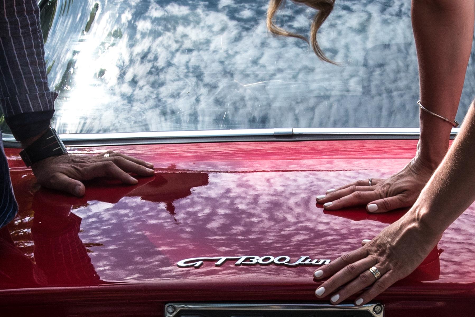 Fontanellato - Parma - Italien. Da ich die Liebe der Ehepartner zu ihrem alten Alfa Romeo kenne, suche ich nach einem Detail, das Autos und Ringe kombinieren kann und das auch das schöne Licht dieses Tages beschreibt.