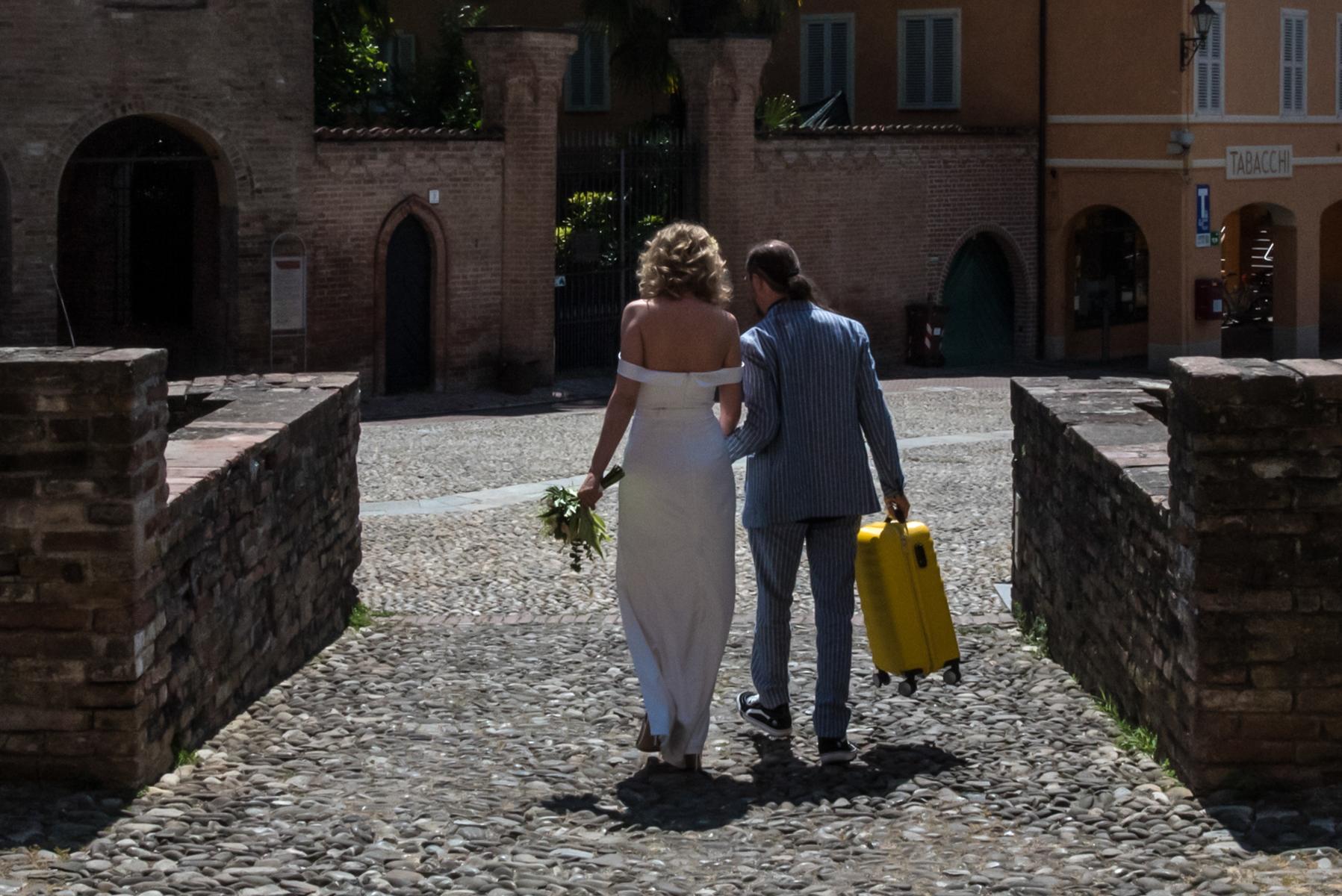 Die Gäste sind schon weg, ich beschließe, das Brautpaar nach Rocca zu begleiten, um den Koffer der Braut abzuholen, der seit ihrer Ankunft in einem Zimmer deponiert wurde. Meine Entscheidung gibt mir die Möglichkeit, ein endgültiges Bild aufzunehmen ... eine Geschichte ... die zum Ende geeignet ist