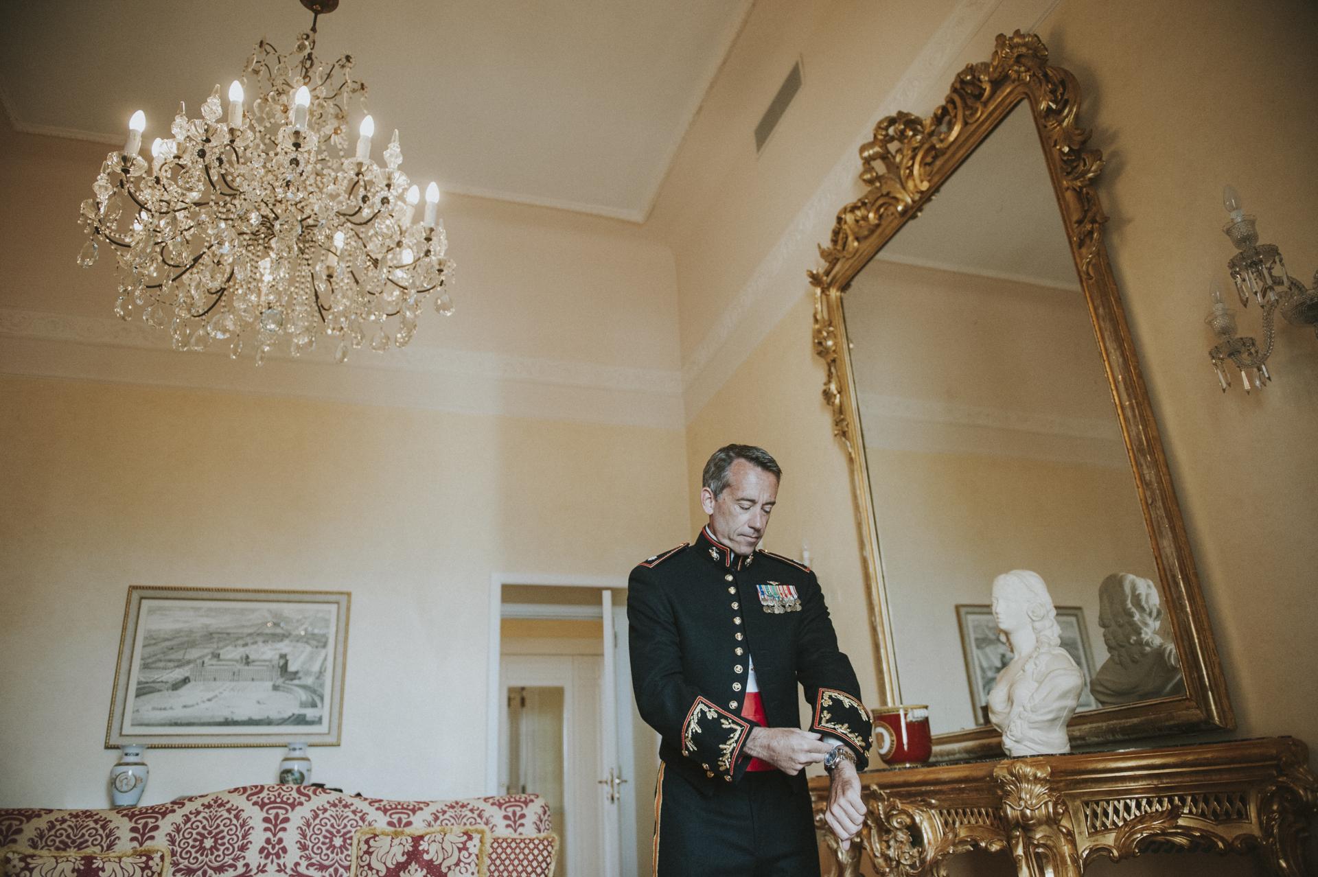 El novio es un comandante con muchas insignias honorarias. Vestía elegante, usaba su uniforme para casarse en Sorrento, Costa Amalfitana, Italia.