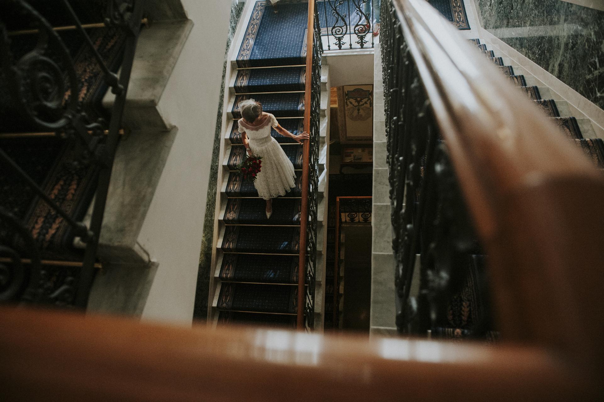 La novia bajando las escaleras para llegar a su futuro esposo en Sorrento, Costa de Amalfi, Italia fuga de boda