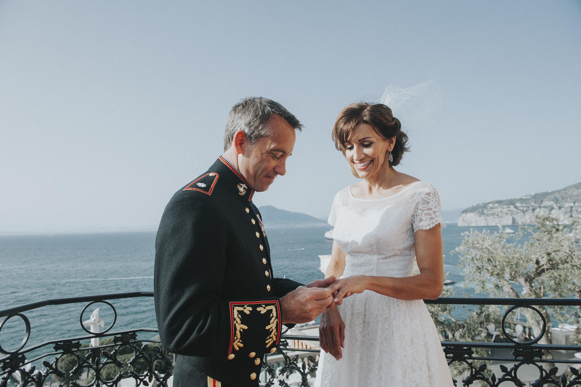 Después de la ceremonia de arena tuvieron el intercambio de anillos. El ritual civil ha sido realizado por un celebrante que incluye también pocas conferencias de poemas y pasajes muy conmovedores en el Hotel Vittoria, Sorrento, Costa de Amalfi, Italia.