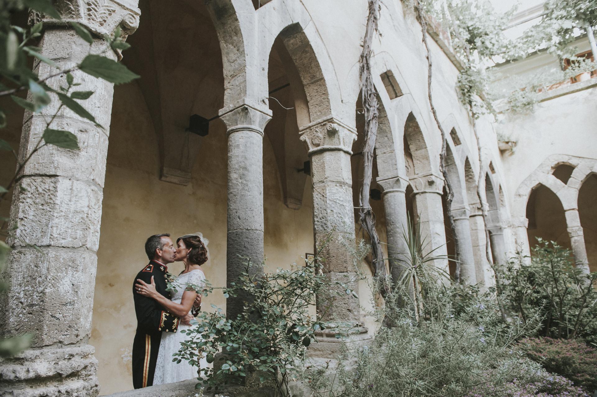 El claustro de San Francesco es uno de los lugares más sorprendentes donde planificar una ceremonia civil o una sesión de fotos de fuga - Chiostro di San Francesco, Sorrento, Costa de Amalfi, Italia