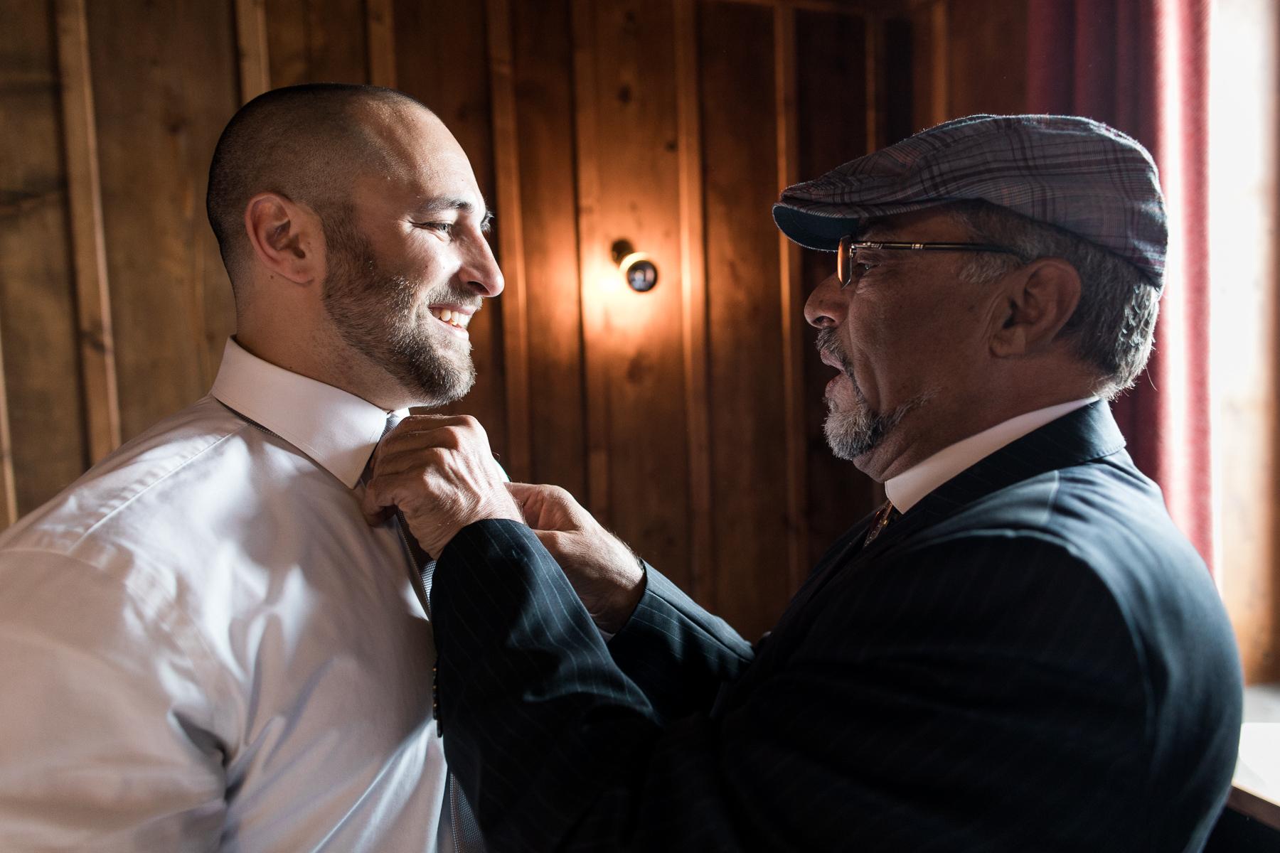 Chamonix, France préparation du marié avant la cérémonie d'éloignement