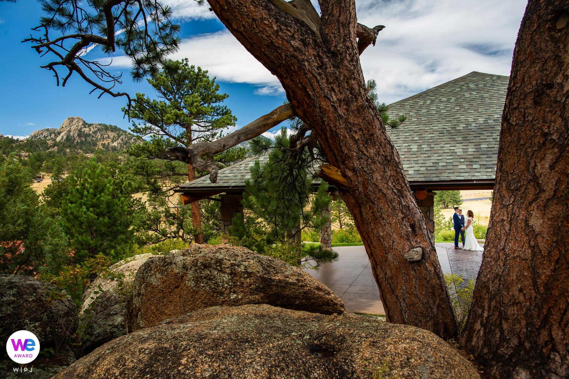 Black Canyon Inn, Estes Park, Colorado Elopement Photography | Lumpy Ridge est à l'arrière-plan de ce site de cérémonie intime alors que les mariés ont prononcé leurs vœux.