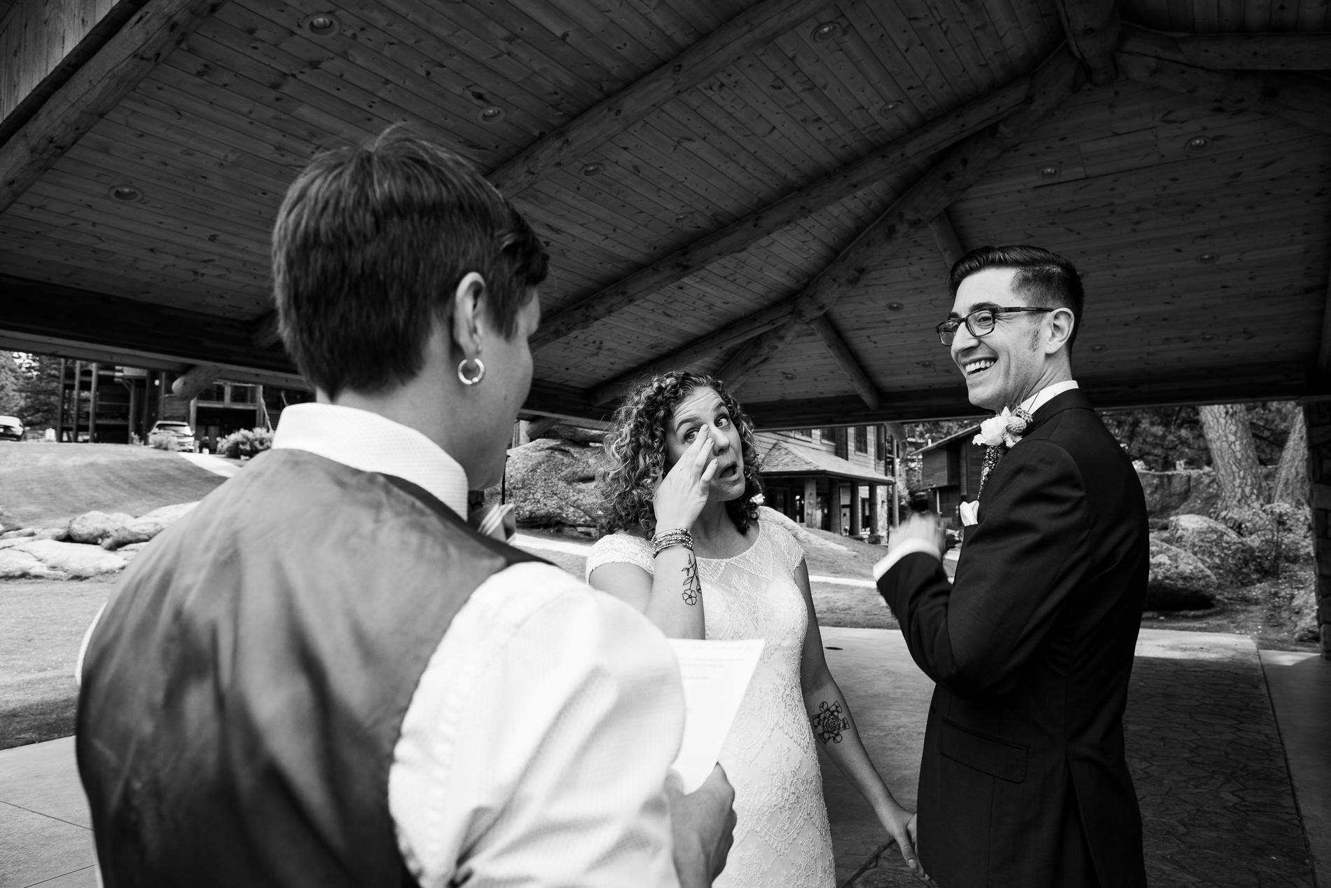 Le couple a entendu des lectures de chacun de leurs parents lues par leur ami et officiant. Leurs paroles ont fait pleurer et rire dans des proportions égales au Black Canyon Inn, Estes Park CO